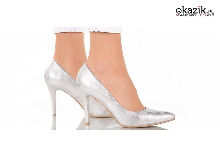 Efektowne szpilki w metalicznym, srebrnym kolorze podkreślające kobiecy kształt nóg. (105 zł)