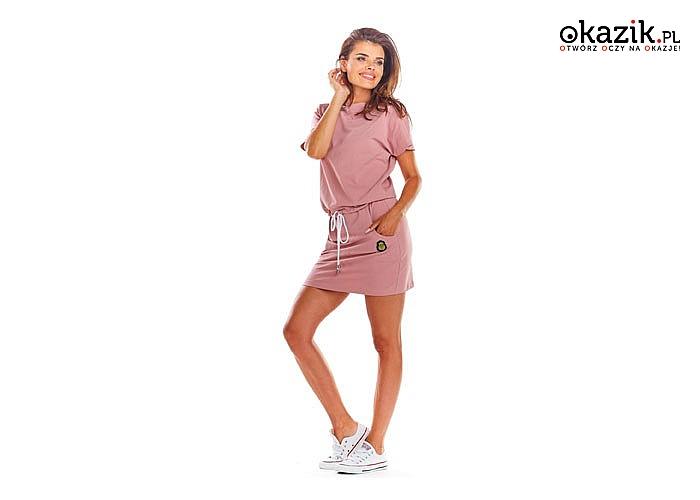 Mini sukienka wykonana z przyjemnej tkaniny. Luźna, wiązana w pasie sznurkiem! Najwyższa jakość wykonania! Modny fason!