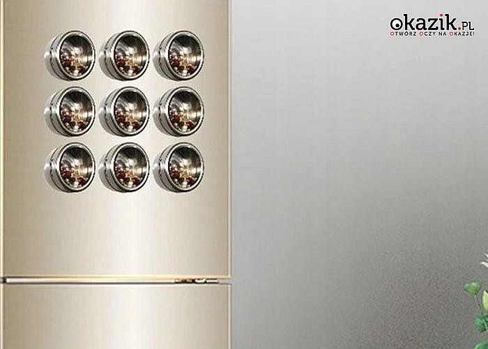 Praktyczny zestaw zamykanych metalowych pojemników na przyprawy wraz z podstawą, niezastąpiony w kuchni