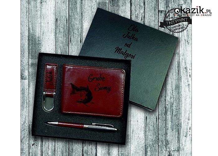 Piękny zestaw upominkowy składający się z 4 elementów: portfela, breloka na klucze, długopisu oraz eleganckiego pudełka
