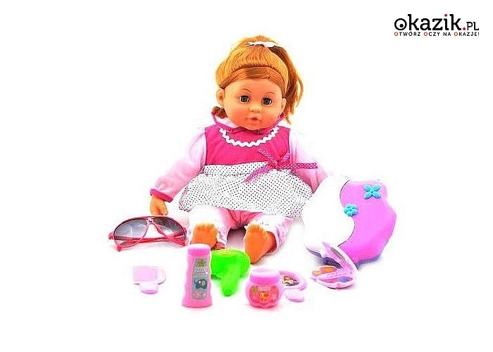 Bawiąc się interaktywną lalką dziecko uczy się okazywania troski, opiekuńczości i empatii.
