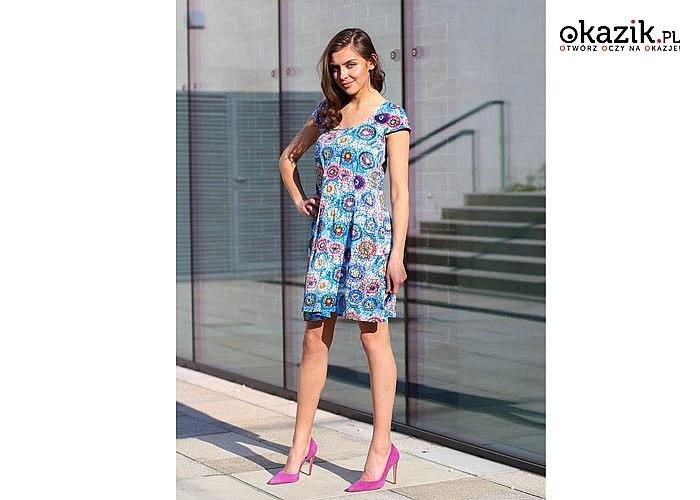 Kopertowa sukienka w kwiaty idealnie modeluje sylwetkę , jednocześnie tuszując jej ewentualne mankamenty
