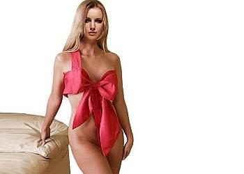 Prezentyna-różowa NIEGRZECZNA KOKARDA przeplatająca ciało! Uniwersalny rozmiar do każdego typu sylwetki