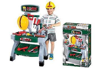 Warsztat z kaskiem i narzędziami
