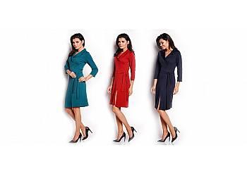 Sukienka z lejącego się materiału, podkreślająca talię